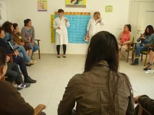 Actividad práctica intergeneracional dirigida por la Terapeuta Ocupacional del Centro.
